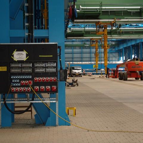 INDU-Stromverteiler-in-Werkshalle